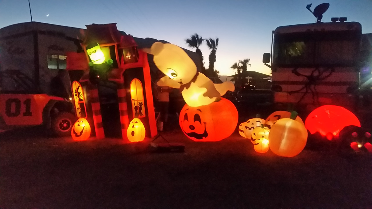 Pumpkins and Ghosts and other Halloween decor at Glamis North